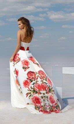 Открытое вечернее платье белого цвета с выразительным принтом.