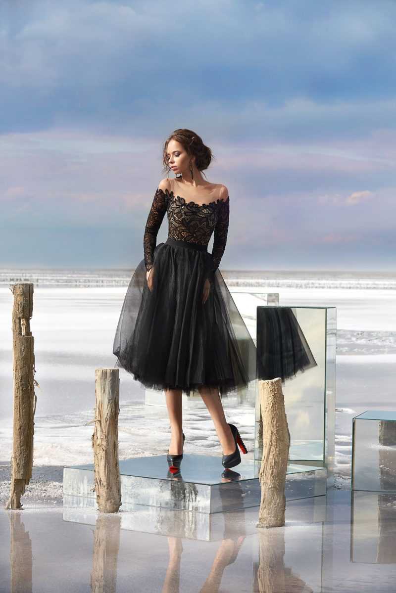 Пышное вечернее платье черного цвета с кружевной отделкой верха.