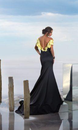Черное вечернее платье с желтыми оборками по лифу и открытой спинкой.