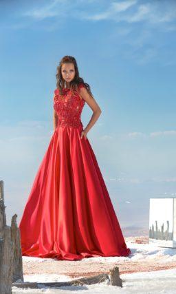 Закрытое вечернее платье с ажурным верхом и глянцевой юбкой А-кроя.