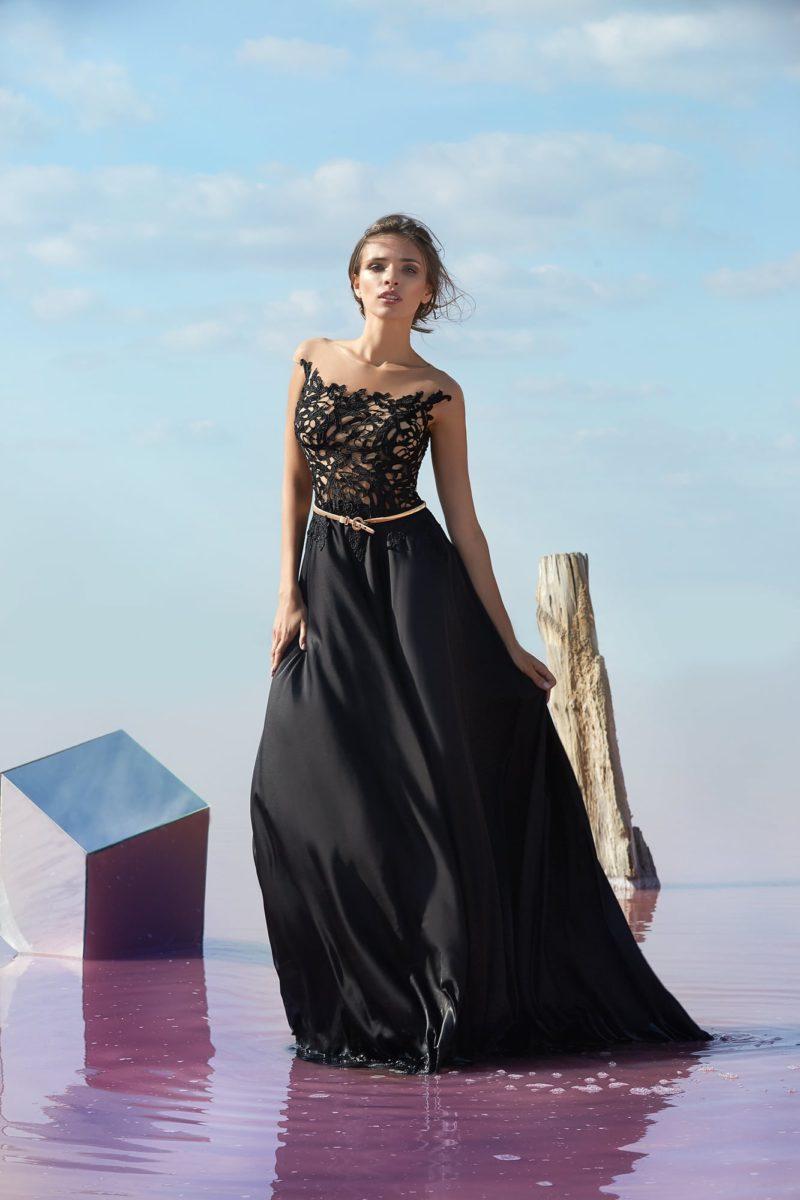 Черное вечернее платье с узким золотым поясом на талии.