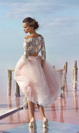 Вечернее платье с пышной розовой юбкой до колена и фактурным топом.
