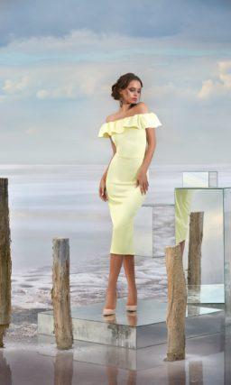 Желтое вечернее платье кроя «футляр» с оборками у декольте.