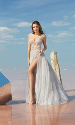 Прямое вечернее платье с открытой спинкой и фактурным верхом.