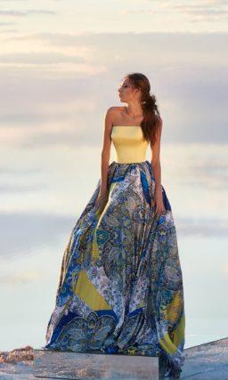 Пышное вечернее платье с верхом из желтого атласа и разноцветной юбкой.