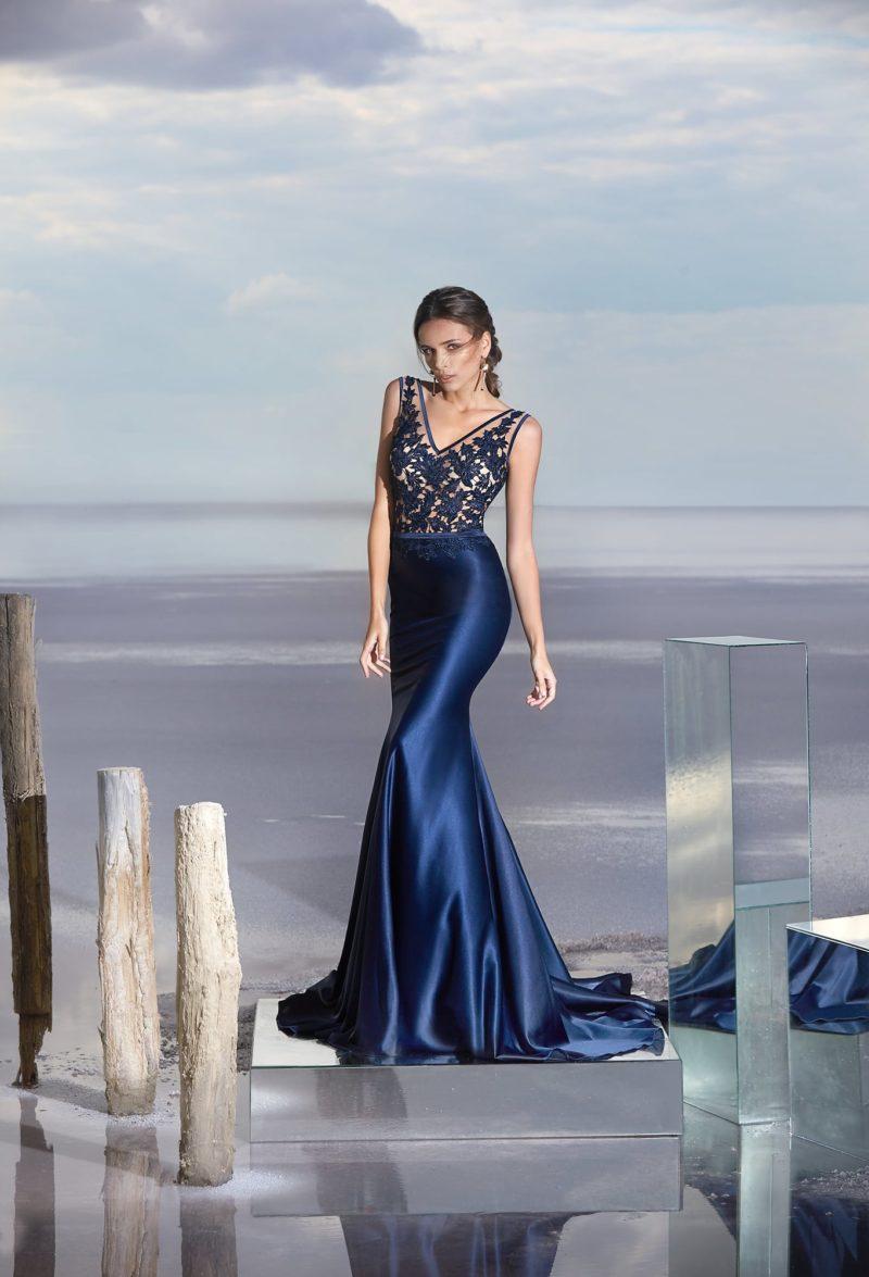 Эффектное вечернее платье с ажурным лифом и облегающей синей юбкой «рыбка».