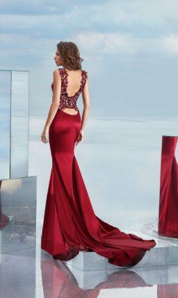 Вечернее платье «русалка» с бордовой юбкой из атласа и контрастным кружевным верхом.