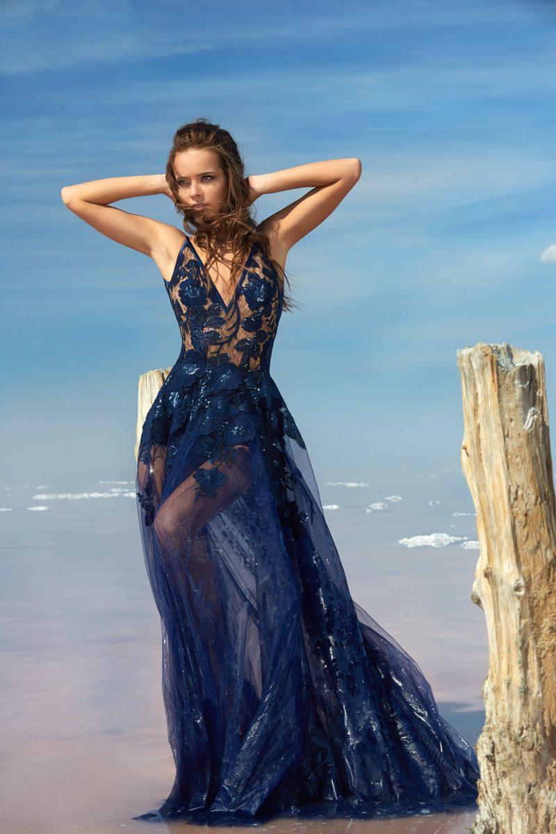 Полупрозрачное вечернее платье с V-образными вырезами на лифе и на спинке.