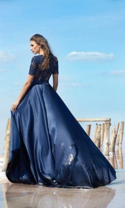 Синее вечернее платье с глянцевой юбкой и короткими кружевными рукавами.