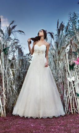 Кружевное свадебное платье А-силуэта с открытым корсетом с лифом в форме сердца.