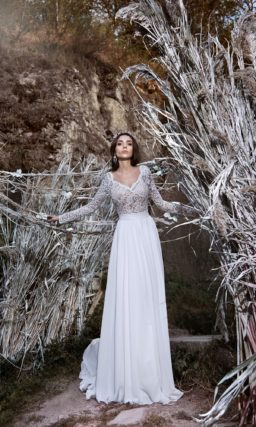 Прямое свадебное платье с широким поясом и длинными кружевными рукавами.