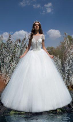 Пышное свадебное платье с короткими рукавами и эффектной бисерной отделкой корсета.
