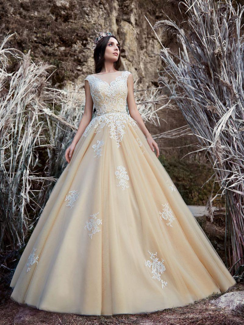 Кружевное свадебное платье персикового цвета с пышной юбкой и закрытым лифом.