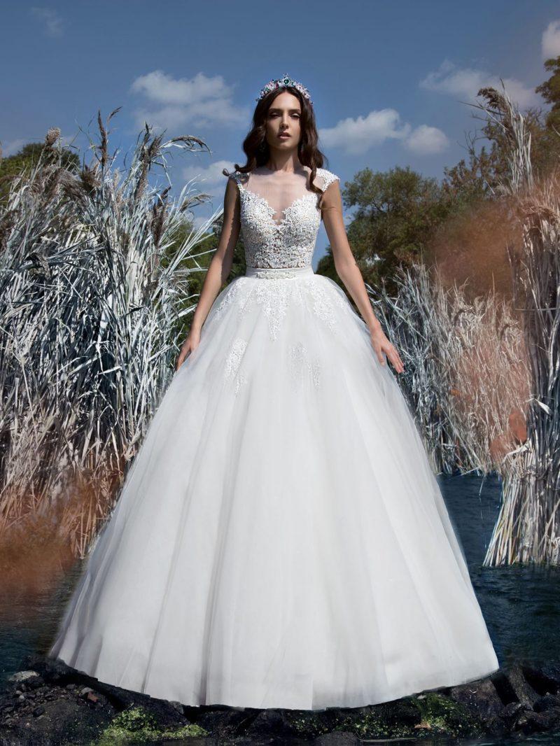 Великолепное свадебное платье пышного кроя с кружевным верхом на тонкой подкладке.
