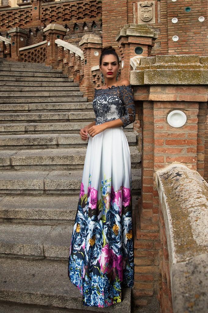 Вечернее платье из атласной ткани с цветочным принтом.