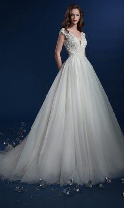 Пышное свадебное платье с изысканным V-образным вырезом лифа.