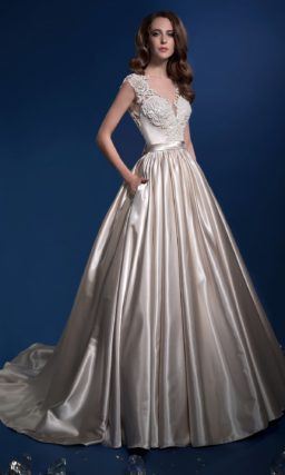 Глянцевое свадебное платье с карманами в роскошной пышной юбке.