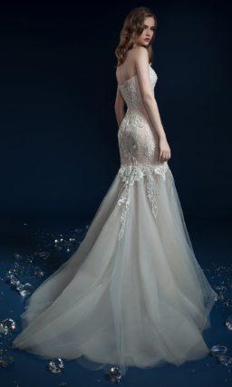 Открытое свадебное платье «рыбка» с объемной отделкой по корсету.