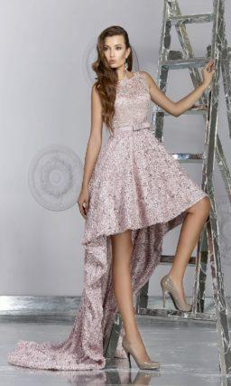 Сверкающее вечернее платье розового цвета с укороченным спереди подолом.