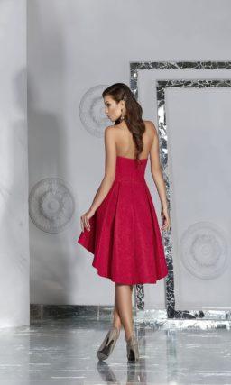 Бордовое вечернее платье с пышной короткой юбкой с укороченным подолом.
