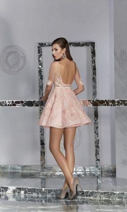 Розовое вечернее платье с пышной юбкой длиной до середины бедра.