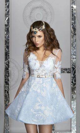 Голубое вечернее платье с крупным цветочным узором отделки и пышной юбкой.