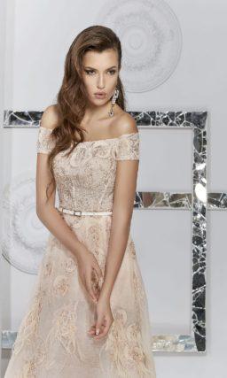 Вечернее платье бежевого цвета с сияющей золотистой отделкой.