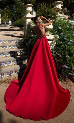 Роскошное вечернее платье красного цвета с длинной юбкой со шлейфом.