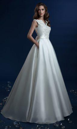 Атласное свадебное платье с изящным лифом и широким поясом на талии.