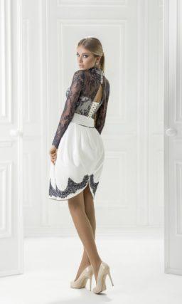 Короткое вечернее платье, декорированное черным кружевом.