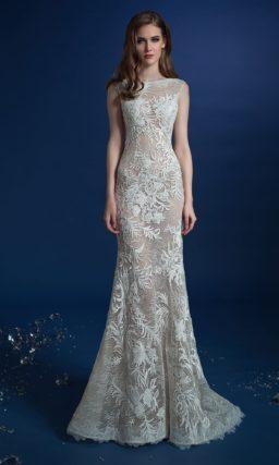 Закрытое свадебное платье со шлейфом и декором из кружева.