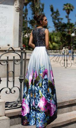 Атласное вечернее платье с выразительным цветочным рисунком по низу подола.