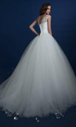Невероятно пышное свадебное платье с вышивкой по корсету и V-образным вырезом сзади.