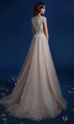 Закрытое свадебное платье бежевого цвета с белым кружевом на лифе.