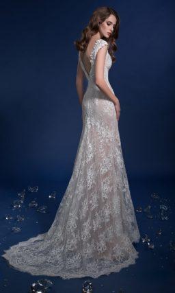 Бежевое свадебное платье с небольшим V-образным вырезом и шлейфом.