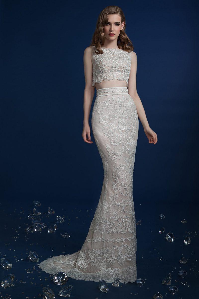 Чувственное свадебное платье с коротким топом и облегающей юбкой.