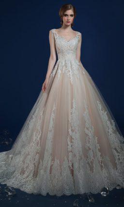 Бежевое свадебное платье с узким бордовым поясом и длинным шлейфом.