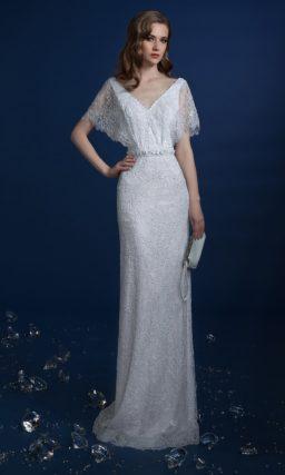 Прямое свадебное платье с широким кружевным рукавом.