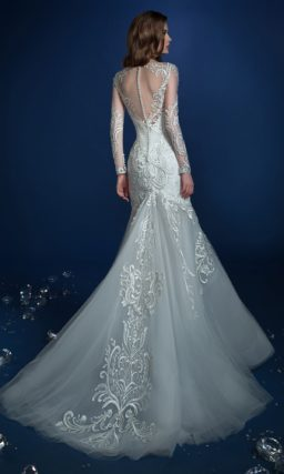 Свадебное платье «рыбка» с эффектной глянцевой вышивкой.