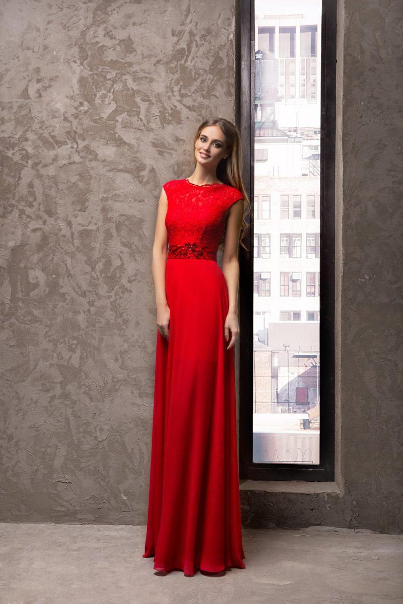 Красное вечернее платье прямого кроя с объемной отделкой на поясе.