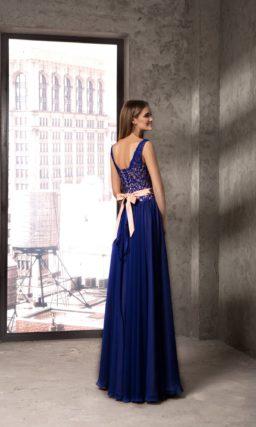 Вечернее платье с розовым корсетом и синими юбкой и кружевным декором.
