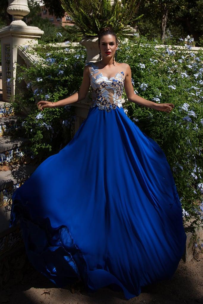 Синее вечернее платье с фактурной отделкой верха аппликациями.