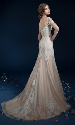 Кружевное свадебное платье цвета слоновой кости с облегающей юбкой.