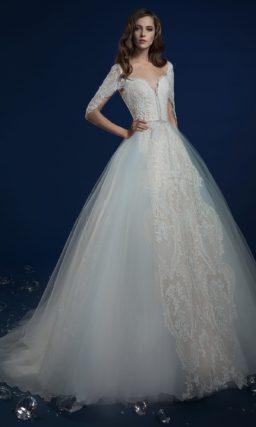 Пышное свадебное платье с многослойной юбкой и фактурным корсетом.