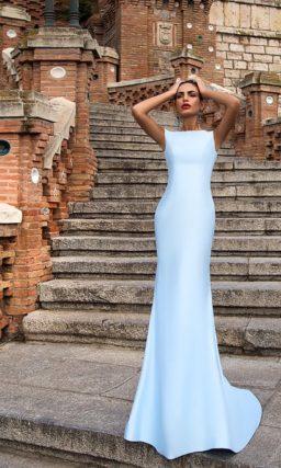 Голубое вечернее платье с пышной верхней юбкой с цветочным принтом.
