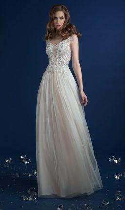 Прямое свадебное платье с отделкой из аппликаций и многослойным подолом.