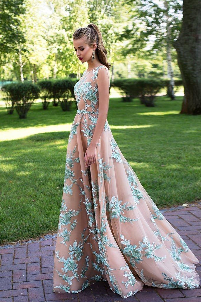 Бежевое вечернее платье с голубой кружевной отделкой.