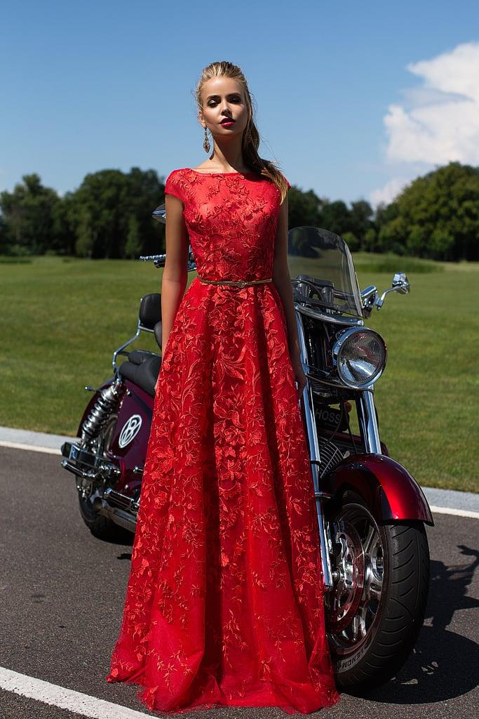 Фактурное вечернее платье красного цвета с объемной вышивкой.