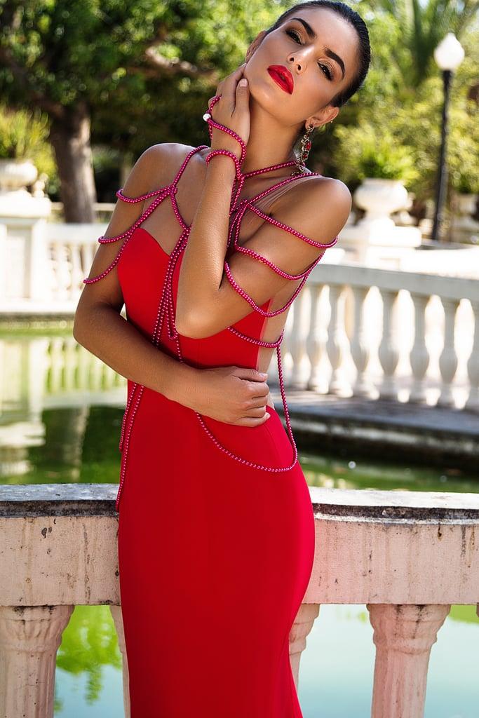 Красное вечернее платье силуэта «русалка» с оригинальным декором.