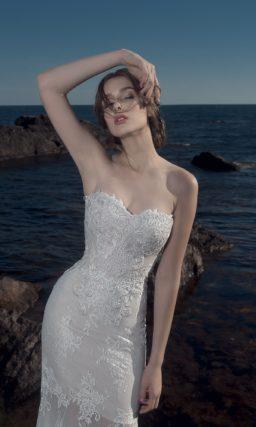 Открытое свадебное платье с полупрозрачной ниже уровня середины бедра юбкой.